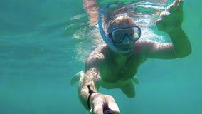 Acqua dell'oceano del giovane in chiaro che guida con la presa d'aria, il nero dell'eroe 5 di GoPro stock footage