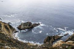 Acqua dell'oceano nella baia che luccica al sole leggero al tramonto Fotografie Stock Libere da Diritti