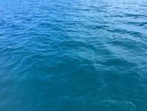 Acqua dell'oceano Pacifico lungo le montagne della costa di Napali e le scogliere - isola di Kauai, Hawai Fotografie Stock Libere da Diritti