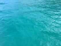 Acqua dell'oceano Pacifico lungo le montagne della costa di Napali e le scogliere - isola di Kauai, Hawai Fotografia Stock
