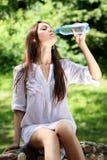 Acqua della bevanda della donna Fotografia Stock Libera da Diritti