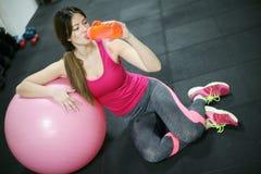 Acqua della bevanda della giovane donna dopo l'allenamento Immagini Stock