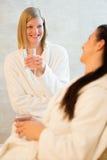 Acqua della bevanda delle donne alla stazione termale di bellezza Immagine Stock