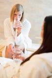 Acqua della bevanda delle donne alla stazione termale di bellezza Fotografia Stock