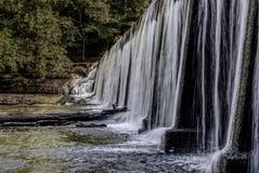 Acqua della diga che scorre tranquillamente fotografia stock