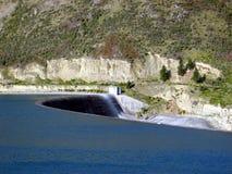 Acqua della diga che scorre tranquillamente Fotografie Stock Libere da Diritti