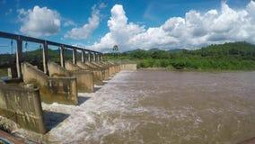 Acqua della diga dell'inondazione stock footage