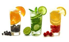 Acqua della disintossicazione con frutta su bianco Fotografia Stock
