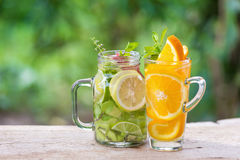 Acqua della disintossicazione con il kiwi, il limone e la mela rossa Immagini Stock Libere da Diritti