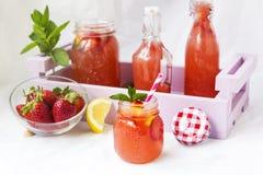 Acqua della disintossicazione con le fragole, il limone e la menta immagine stock