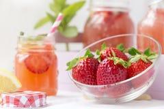 Acqua della disintossicazione con le fragole, il limone e la menta fotografie stock