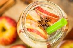 Acqua della disintossicazione con le mele Composizione in autunno con le foglie ed il appl Immagini Stock