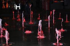 Acqua della fontana che balla alla notte fotografie stock
