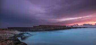 Acqua della rottura del mare del paesaggio di tramonto Fotografie Stock Libere da Diritti