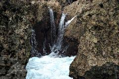 Acqua della schiuma in riva rocciosa Fotografia Stock Libera da Diritti