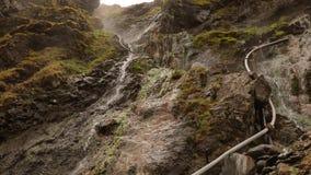 Acqua della sorgente di acqua calda che circola giù sulle rocce stock footage
