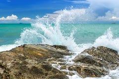 Acqua della spruzzata dell'onda del mare immagini stock