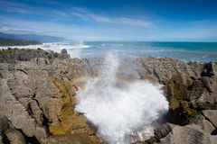 Acqua della spruzzata della roccia del pancake ed arcobaleno, Punakaiki Fotografie Stock Libere da Diritti