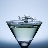 Acqua della spruzzata isolata sul vetro di Champagne. Immagini Stock Libere da Diritti
