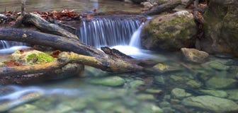 Acqua delle pietre in chiaro Fotografia Stock Libera da Diritti