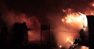 Acqua dello spruzzo dei pompieri sul fuoco del veicolo ricreativo video d archivio