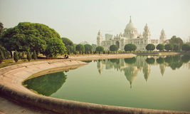 Acqua dello stagno vicino alla struttura Victoria Memorial Hall in Calcutta Fotografie Stock Libere da Diritti