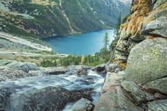 Acqua di caduta nel lago Fotografie Stock Libere da Diritti