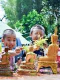 Acqua di elasticità del bambino a Buddha Fotografia Stock