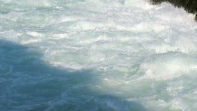 Acqua di flusso turbolento Superficie turbolenta dell'acqua Caduta dell'acqua video d archivio