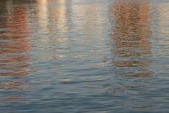 Acqua di galleggiamento nella vista di tramonto Immagine Stock