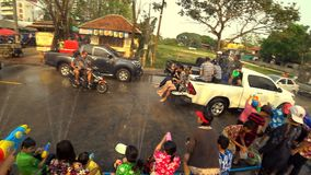 Acqua di gioco divertente della gente al parco di Suan Tung Lae Khom Chiang Rai nel giorno di Songkran video d archivio