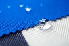 Acqua di goccia sul tessuto della tela Fotografie Stock Libere da Diritti