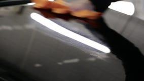 Acqua di goccia sull'automobile dalla bottiglia video d archivio
