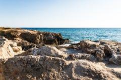 acqua di mare Bluastro verde con le onde e la schiuma bianca immagini stock libere da diritti