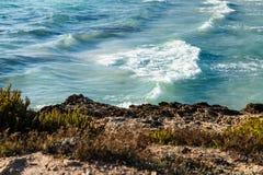 acqua di mare Bluastro verde con le onde e la schiuma bianca immagine stock