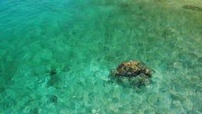 Acqua di mare calmo vicino alle pietre Acqua di mare blu pacifica e massi grigi nel posto perfetto per immergersi su Koh Tao Isla stock footage