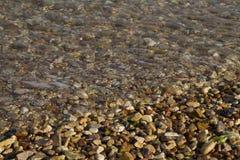 Acqua di mare con molte pietre immagini stock