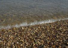 Acqua di mare con molte pietre fotografie stock