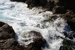 Acqua di mare d'ebollizione sulla roccia Fotografia Stock Libera da Diritti
