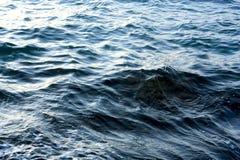 Acqua di mare d'ondeggiamento blu Fotografie Stock Libere da Diritti