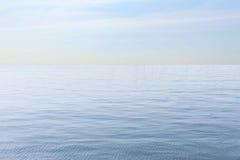 Acqua di mare e fondo del cielo blu Immagine Stock