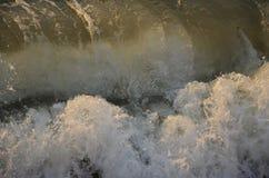 Acqua di mare infuriantesi della cascata Immagine Stock