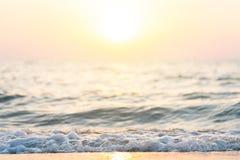 Acqua di mare lungo la spiaggia lungo le onde di vento Cose del colpo su immagini stock libere da diritti