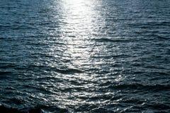 Acqua di mare scura con la luce di luna Fotografia Stock Libera da Diritti