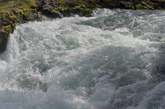 Acqua di massima nei rapids del fiume. Immagini Stock