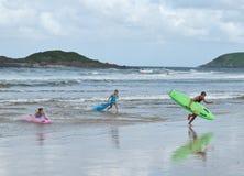 Acqua di permesso dei tre della pinza del surfista risparmiatori di vita Fotografia Stock