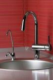 Acqua di rubinetto nella cucina Immagini Stock Libere da Diritti