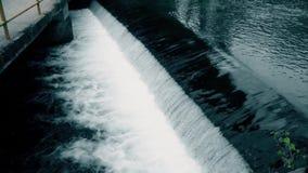 Acqua di ruscello vicino del ponte in città archivi video