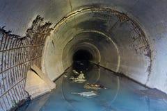 Acqua di scarico dalla fabbrica, attraversante il tubo per fognatura Immagini Stock Libere da Diritti