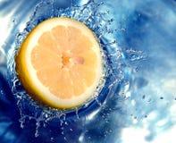 Acqua di spruzzatura arancione immagini stock
